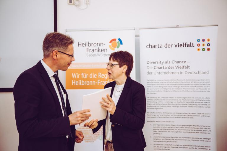 Peter Müller (Ressortleiter Finance & Administration bei RECARO Aircraft Seating) bei der Unterzeichnung der Charta der Vielfalt